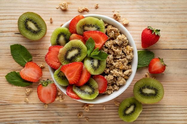 Vista superior de cereais matinais em uma tigela com frutas