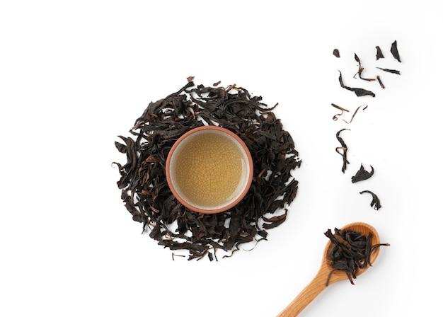 Vista superior de chá preto fresco e folhas em taiwan, layout de conceito de design de cultura asiática.