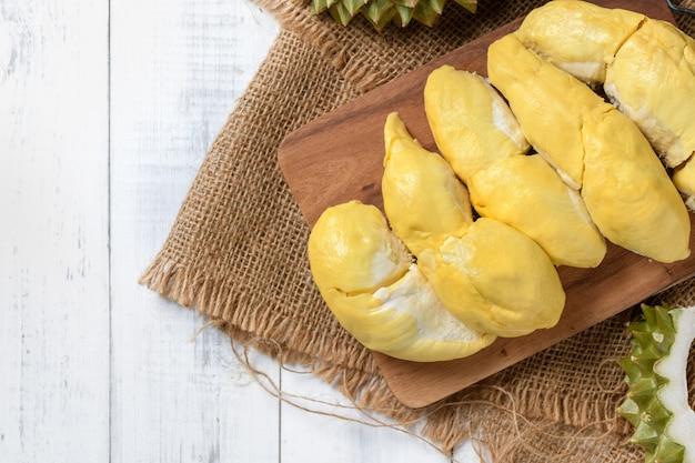 Vista superior de chani kai durian ou durio zibthinus murray na placa de madeira, chani kai durian tem uma textura macia, doce e cheiro muito forte, rei das frutas na tailândia
