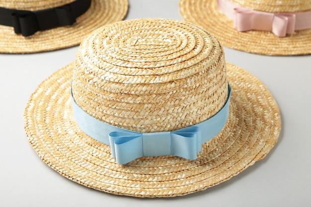 Vista superior de chapéus de praia de palha com fita diferente