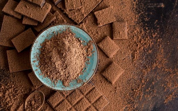 Vista superior de chocolate com cacau em pó