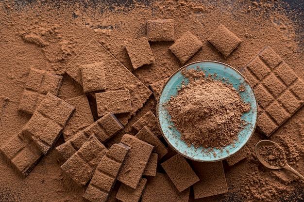 Vista superior de chocolate com placa de cacau em pó