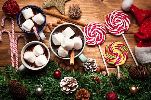 Vista superior de chocolate quente com doces
