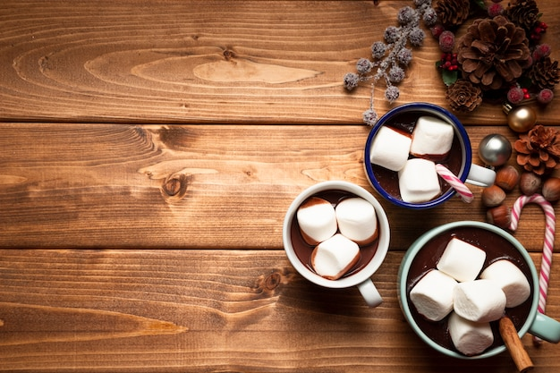 Vista superior de chocolate quente com marshmallows