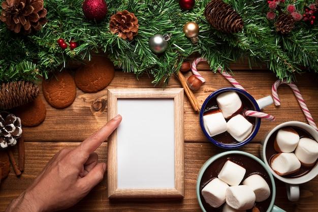 Vista superior de chocolate quente com quadro branco