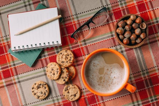Vista superior de chocolate quente e biscoitos no fundo da caxemira