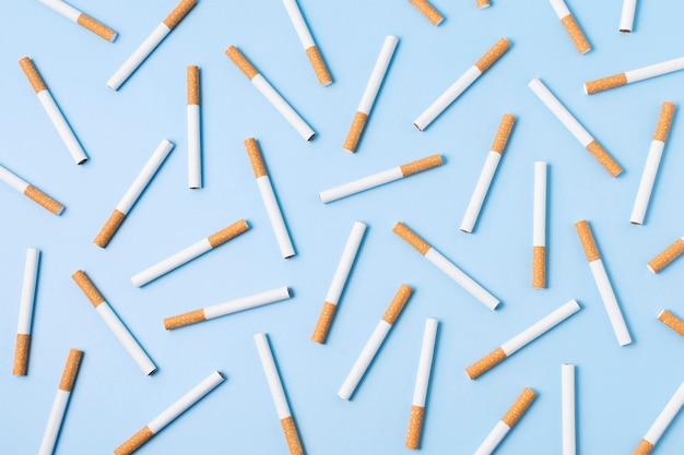 Vista superior de cigarros em fundo azul