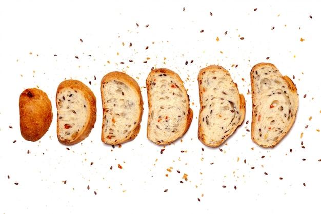 Vista superior de cima da composição de pão sem glúten fresco em fatias de grãos de trigo caseiro caseiro.