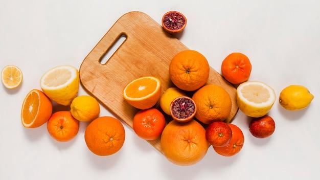 Vista superior de citrinos na placa de madeira