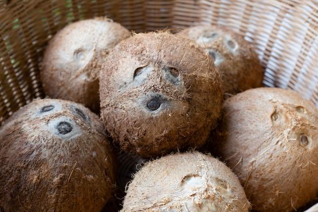 Vista superior de cocos maduros na cesta de vime.