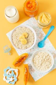 Vista superior de comida caseira para bebé