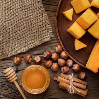 Vista superior de comida de outono e tecido de serapilheira