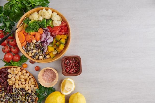 Vista superior de comida vegetariana saudável e equilibrada