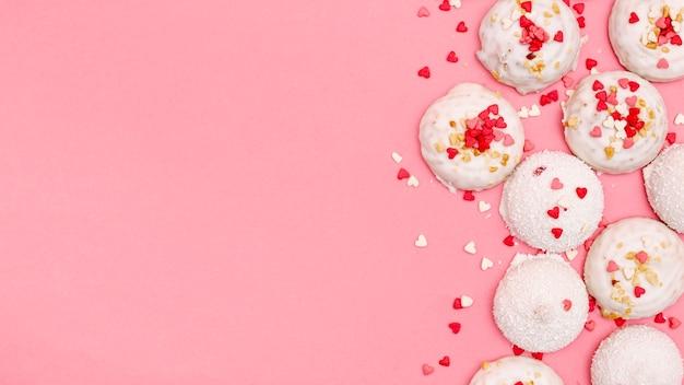 Vista superior de cookies de dia dos namorados com espaço de cópia
