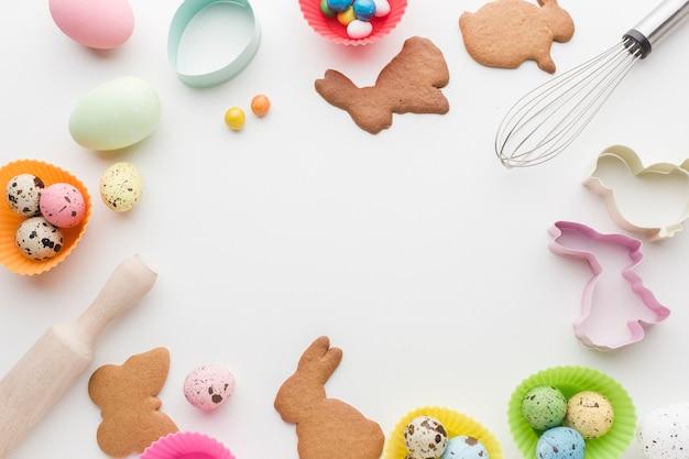 Vista superior de cookies para quadro de utensílios de páscoa e cozinha