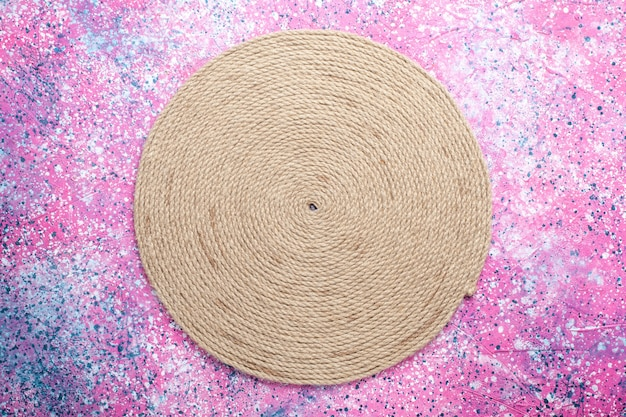 Vista superior de cordas arredondadas na superfície rosa