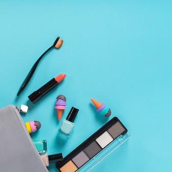 Vista superior de cosméticos em fundo azul