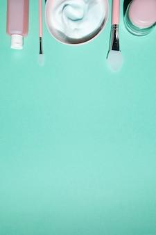 Vista superior de cosméticos no fundo liso