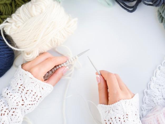 Vista superior de crochê com lã