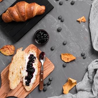 Vista superior de croissants e café da manhã jam