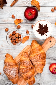 Vista superior de croissants e café