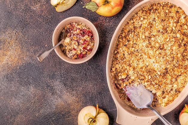 Vista superior de crumble de maçã e cereja