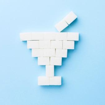 Vista superior de cubos de açúcar em forma de copo de coquetel