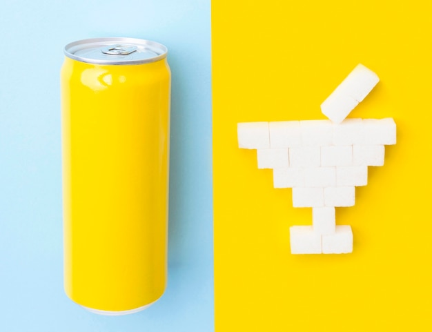 Vista superior de cubos de açúcar em formato de copo de coquetel e lata de refrigerante