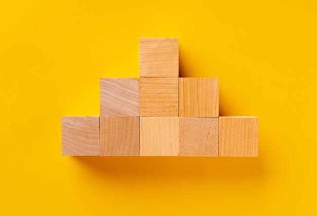 Vista superior de cubos de madeira em amarelo