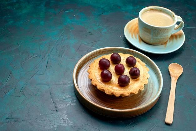 Vista superior de cupcake com deliciosas cerejas e café com leite em azul escuro,