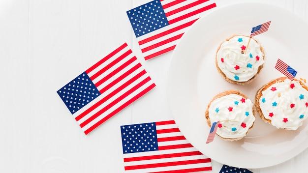 Vista superior de cupcakes no prato com bandeiras americanas