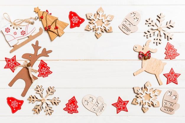 Vista superior de decorações de natal e brinquedos em madeira.
