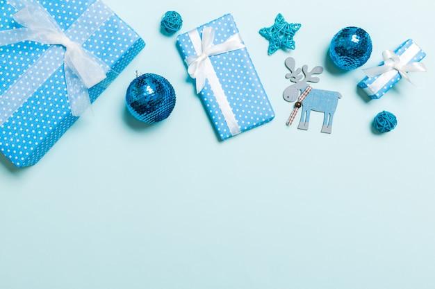 Vista superior de decorações de natal em fundo azul. conceito de feriado de ano novo com espaço de cópia