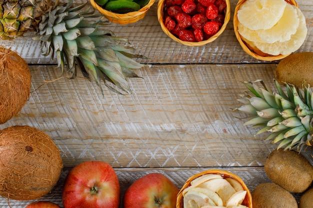 Vista superior de deliciosas frutas em uma superfície de madeira