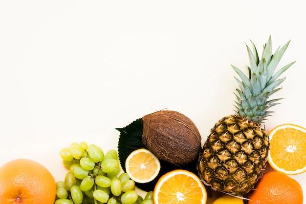 Vista superior de deliciosas frutas frescas