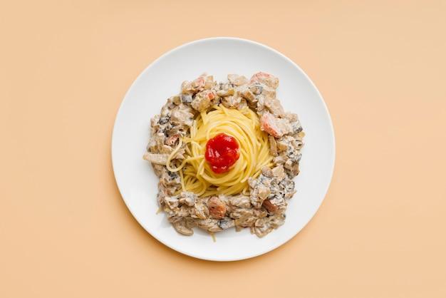 Vista superior de deliciosas massas no prato