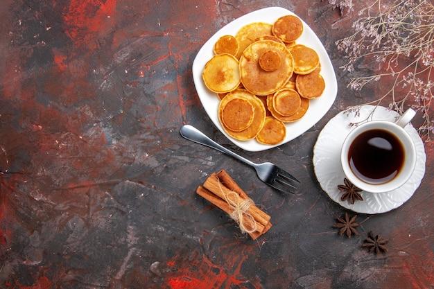 Vista superior de deliciosas panquecas com café