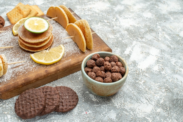 Vista superior de deliciosas panquecas com vários ingredientes