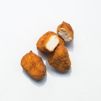 Vista superior de deliciosas pepitas crocantes