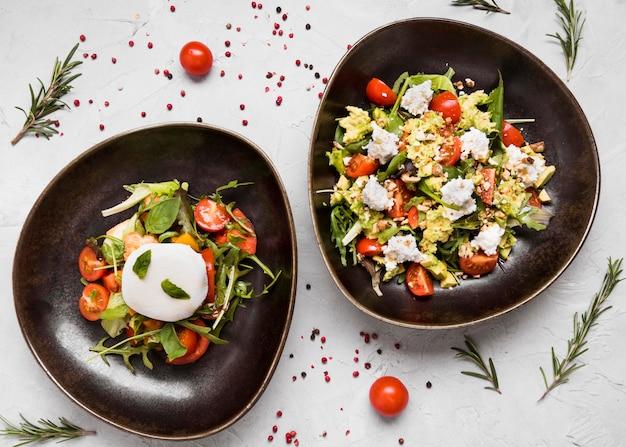 Vista superior de deliciosas saladas saudáveis