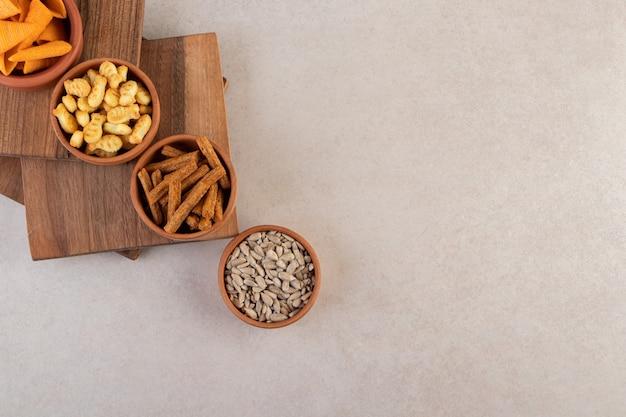 Vista superior de deliciosas tigelas de aperitivo na superfície cinza