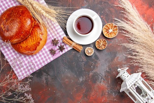 Vista superior de deliciosas tortas fatiadas com frutas vermelhas