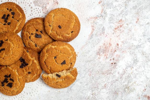 Vista superior de deliciosos biscoitos de açúcar na superfície branca