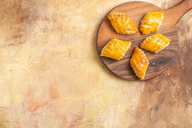 Vista superior de deliciosos bolos de nozes na superfície de madeira