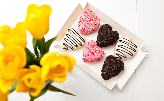 Vista superior de deliciosos donuts em forma de coração