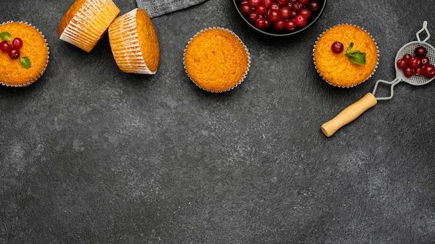 Vista superior de deliciosos muffins com frutas e espaço de cópia