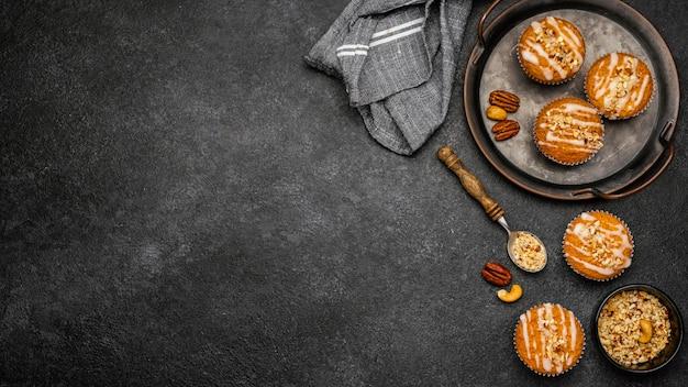 Vista superior de deliciosos muffins com nozes e espaço de cópia