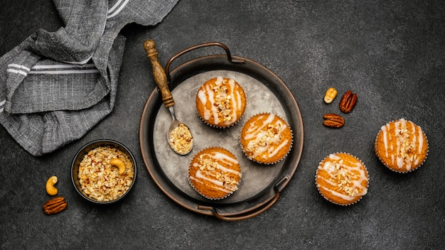 Vista superior de deliciosos muffins com nozes