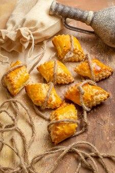 Vista superior de deliciosos pastéis de nozes com cordas em fundo marrom