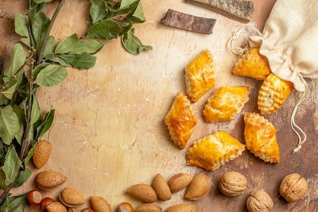 Vista superior de deliciosos pastéis de nozes com nozes no fundo marrom